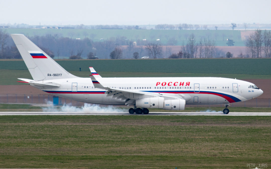Vyhoštění diplomatů: Ruský Ilyushin Il-96 v Praze
